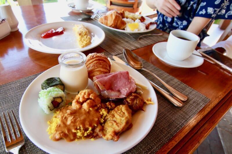 ナシゴレンを中心に和洋折衷の朝食