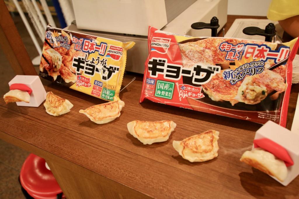 味の素冷凍食品「しょうがギョーザ」(左)と「ギョーザ」(右)