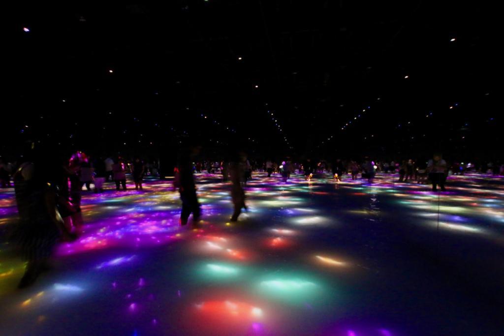 人と共に踊る鯉によって描かれる水面のドローイング-Infinity