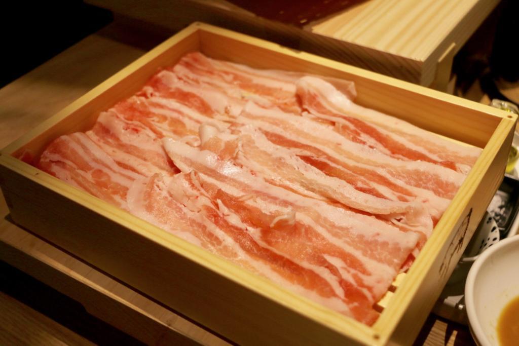 左が発酵熟成豚(麦豚)、右が発酵熟成していない綾町の「綾ぶどう豚」