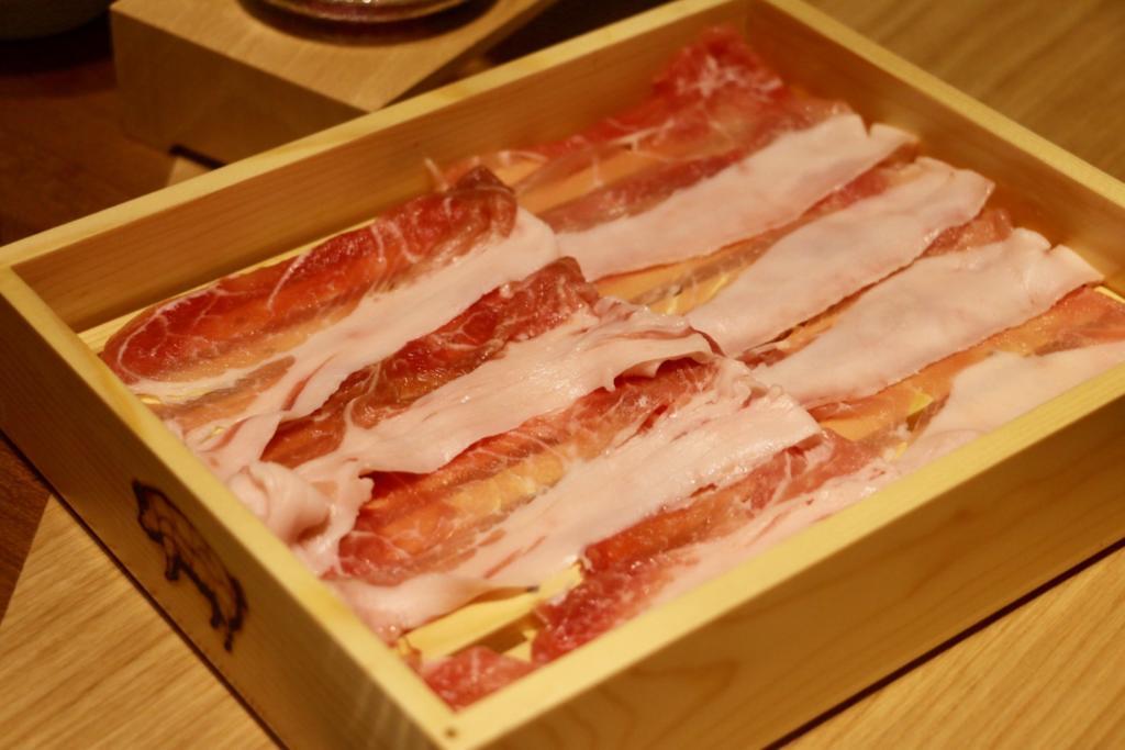 発酵熟成されたウデ肉、右がロース肉