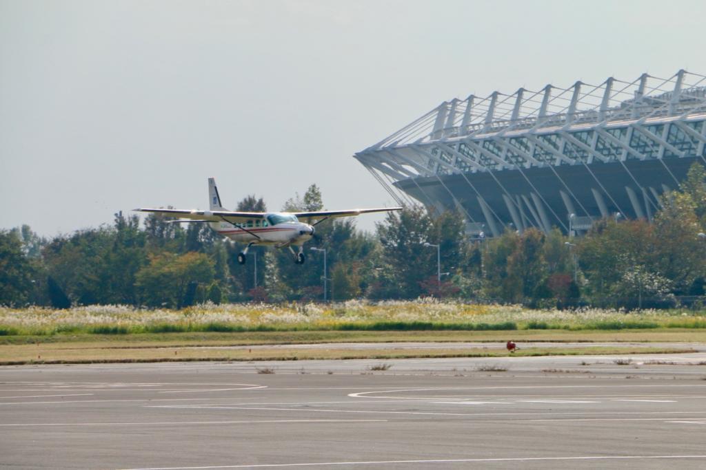 調布飛行場に着陸するセスナ機