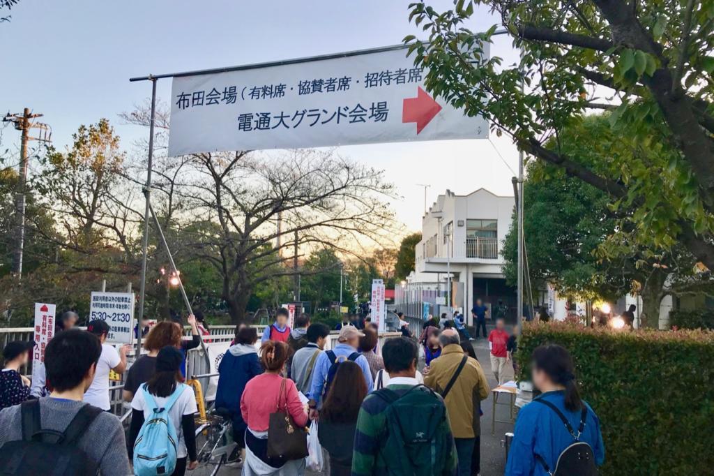 調布花火大会 布田会場の入口は調布市民プールの近くの門