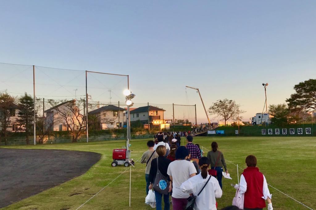 調布市民野球場を横断して河川敷方面へ