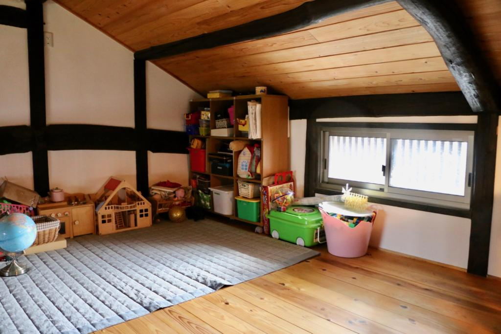 階段を上がった2階の子供部屋はロフトような感じになっている