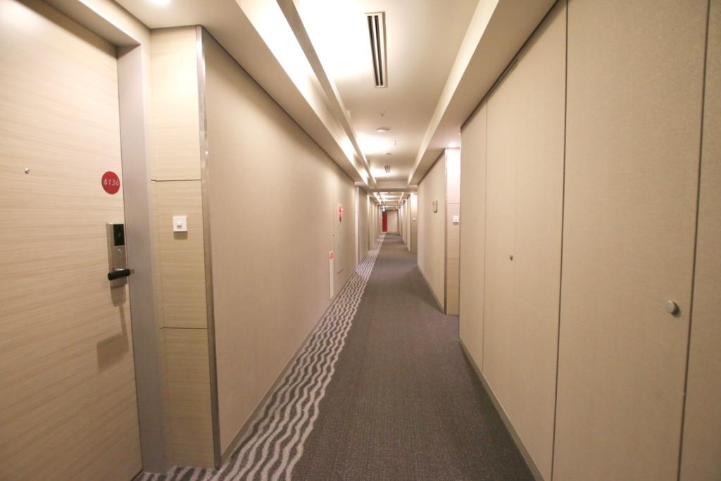 廊下はシンプルで清潔感があり