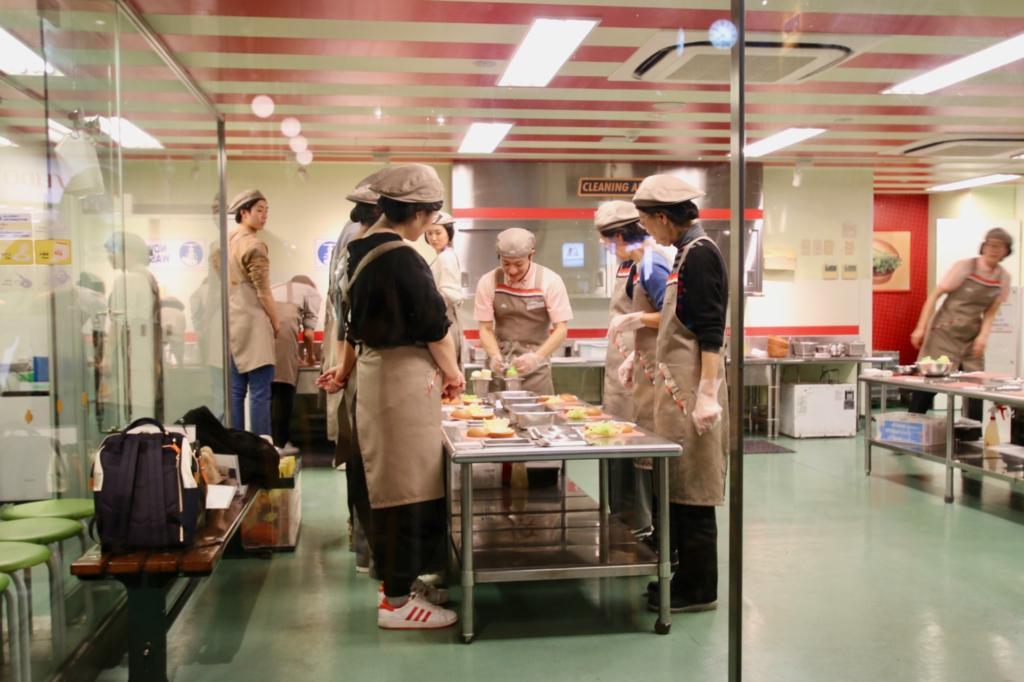 こちらはハンバーガーショップの「モスバーガー」。実際にハンバーガーの製造体験ができる