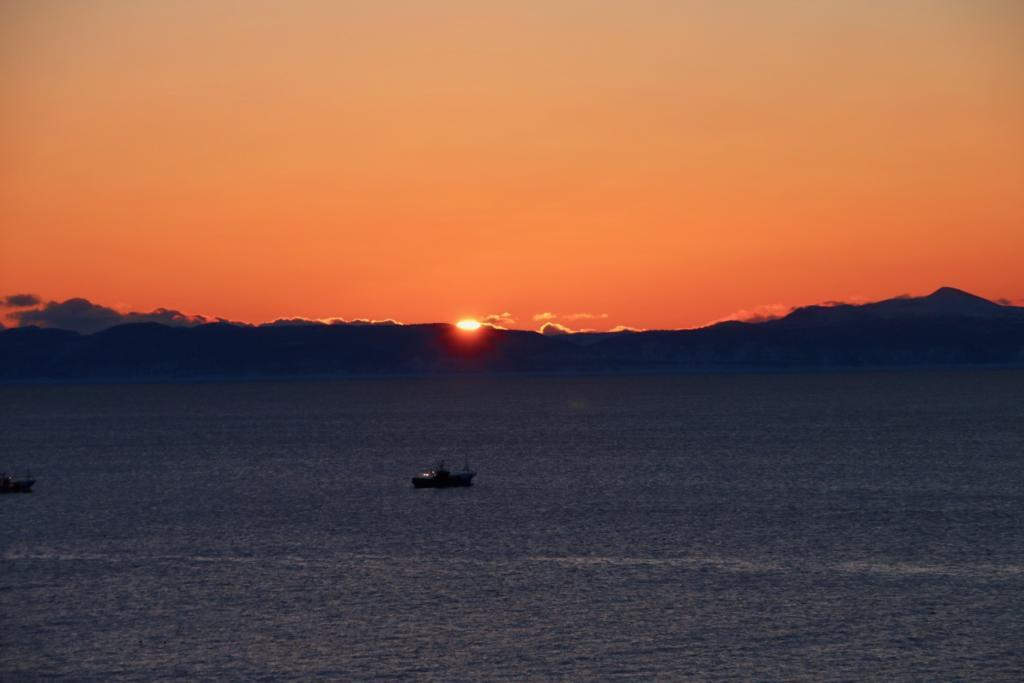 根室海峡に上がる朝日