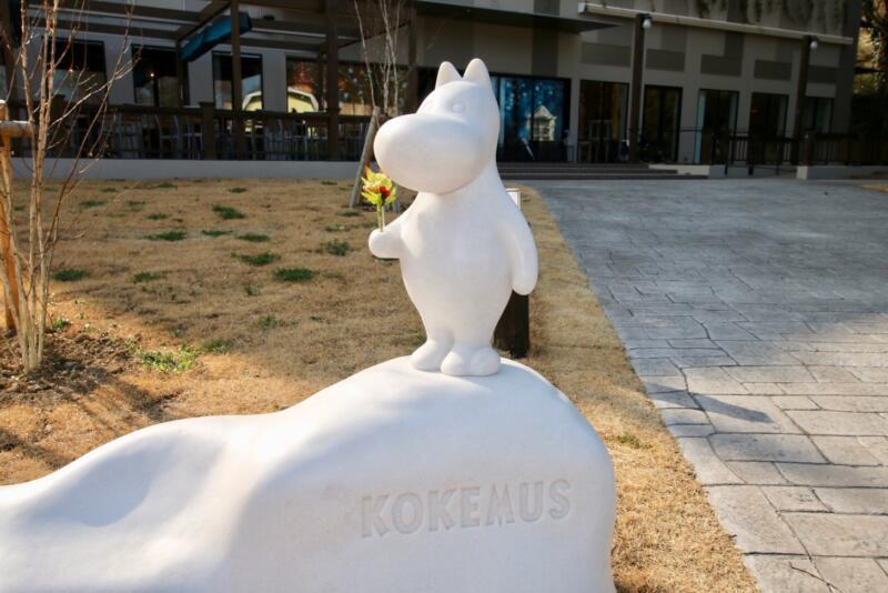 コケムスの前にあるムーミン像