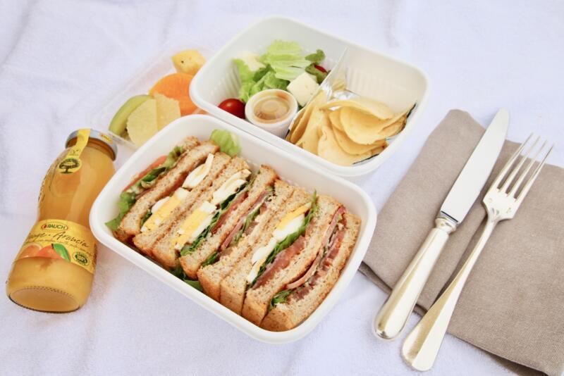ザ・リッツ・カールトン沖縄リッツニックのサンドウィッチ、サラダ、ジュース