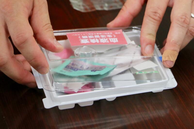 おうちでドック 採取した血液と検査で使った器具・ゴミは全部プラケースに入れて郵送