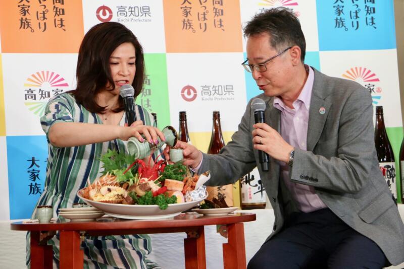 お酒を酌み交わす島崎和歌子さんと合田副部長