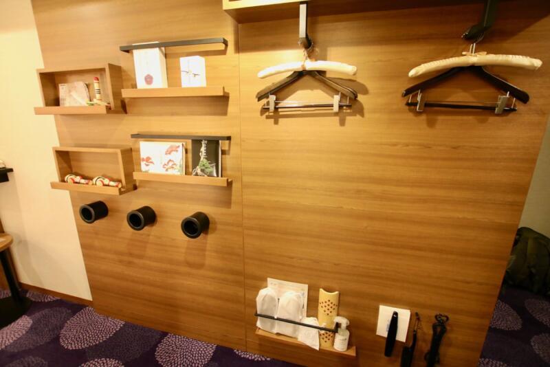 ホテル龍名館東京 ハンガーがかけられる壁には、けん玉や万華鏡などの日本のおもちゃ