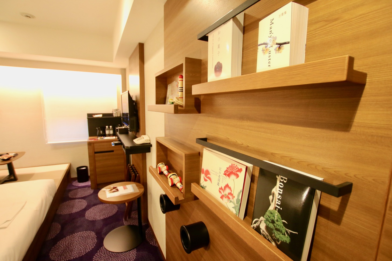 ホテル龍名館東京 盆栽などの日本文化がわかる書籍が置かれ