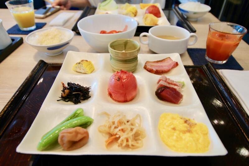 ホテル龍名館東京 朝食は野菜のこんな感じで。トマトをまるごと焼いた「焼トマト」はオリーブオイルとお塩