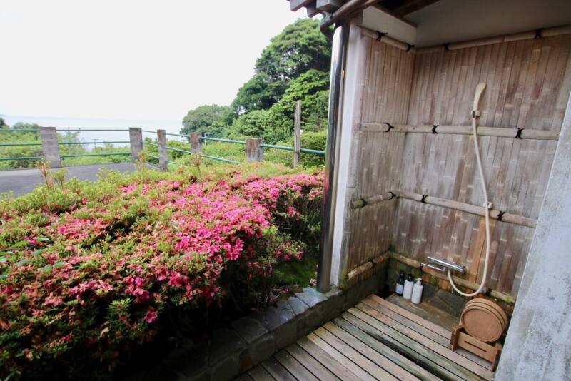 全室源泉かけ流し露天風呂付の宿「いさり火」103号室の露天風呂のシャワー