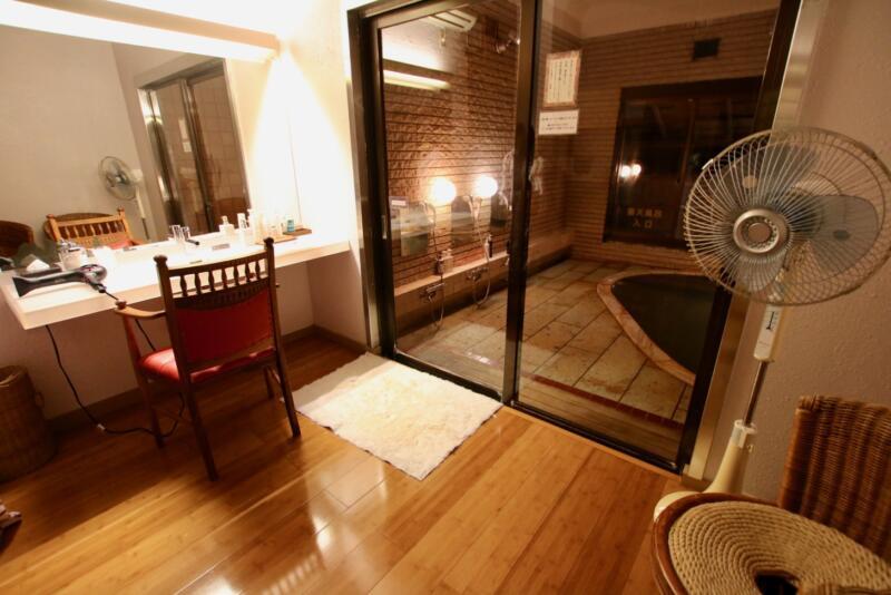 全室源泉かけ流し露天風呂付の宿「いさり火」共同露天風呂脱衣所