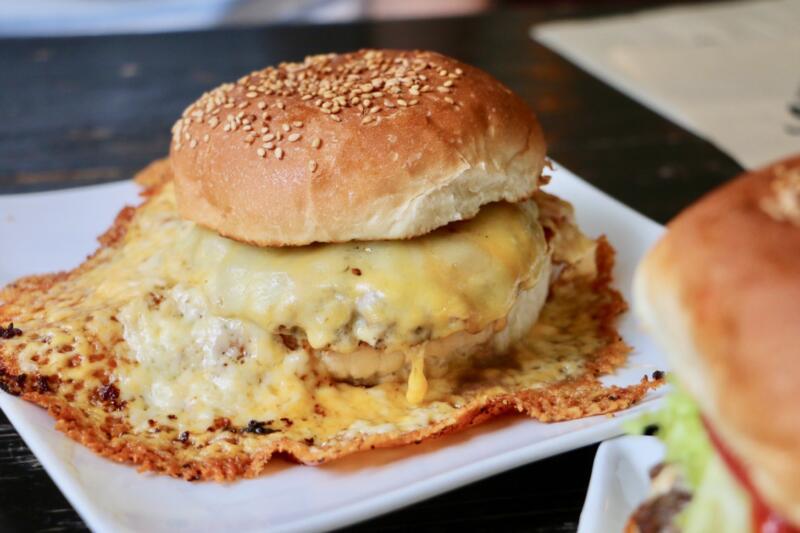 キャプテンカンガルー名護店のチーズチーズバーガー