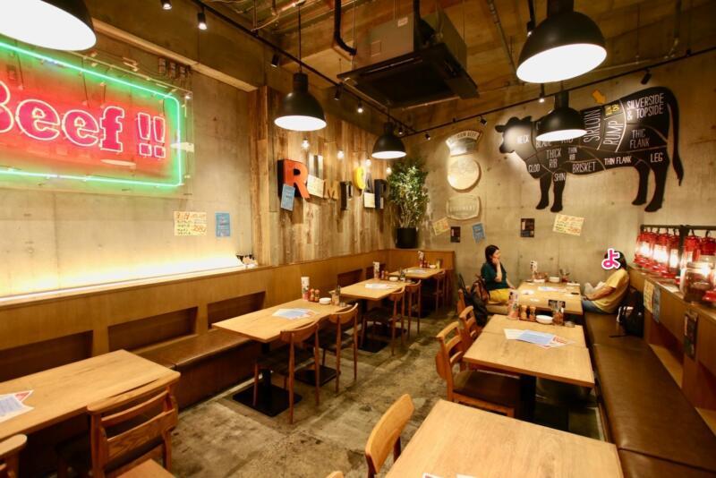 神田の肉バル「RUMP CAP」(ランプキャップ)新宿西口店のテーブル席