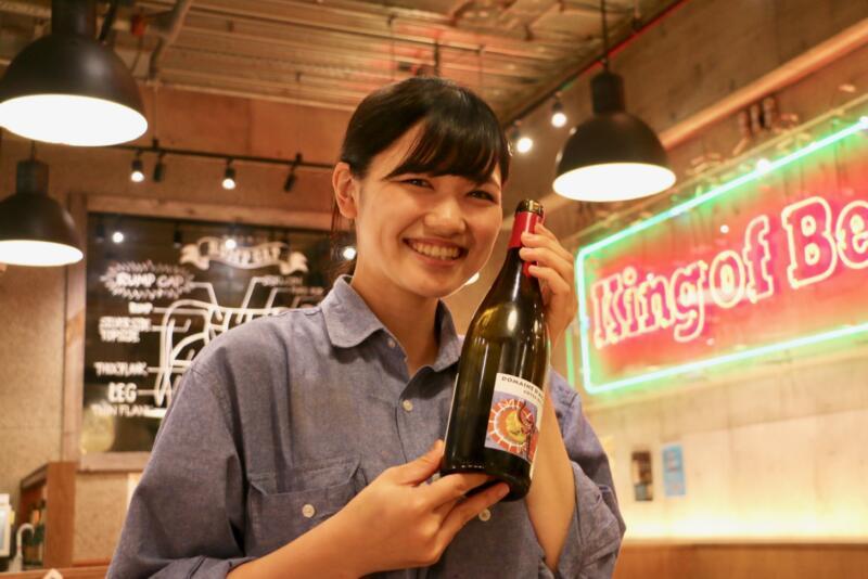神田の肉バル「RUMP CAP」新宿西口店のスタッフのお姉さんオススメのワイン飲み放題!