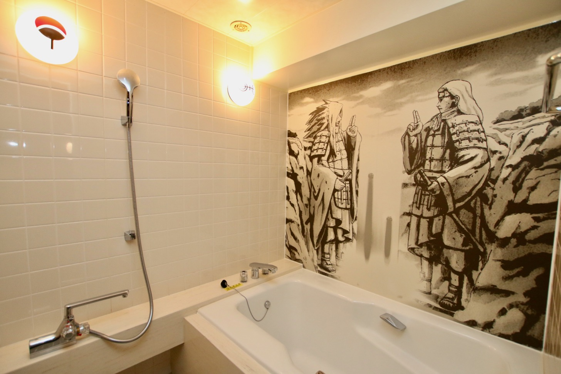バスルームの壁には、木の葉の里を創設した千手柱間と、うちはマダラの姿
