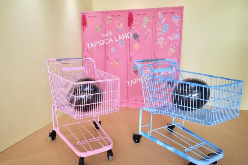 東京タピオカランドのフォトスポット ピンクとブルーのショッピングカートにもタピオカが