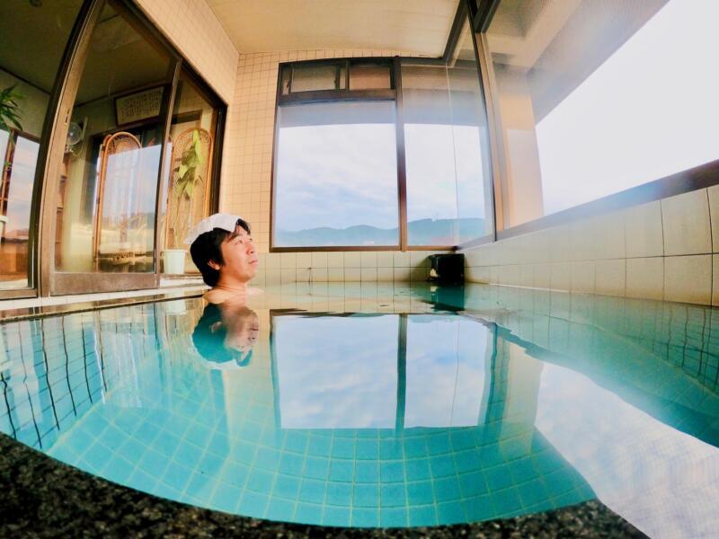 旅館「はまべ荘」の温泉につかる