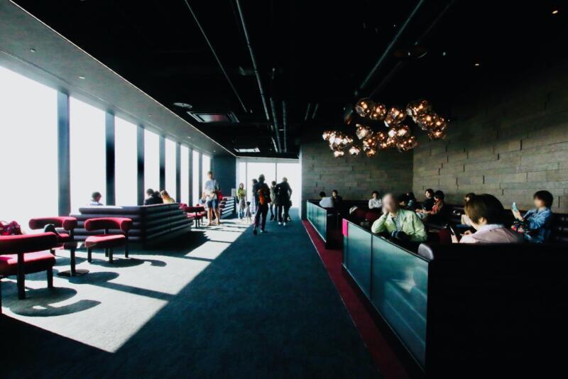 渋谷スクランブルスクエアの展望台・カフェ&バー「Paradise Lounge」のラウンジ