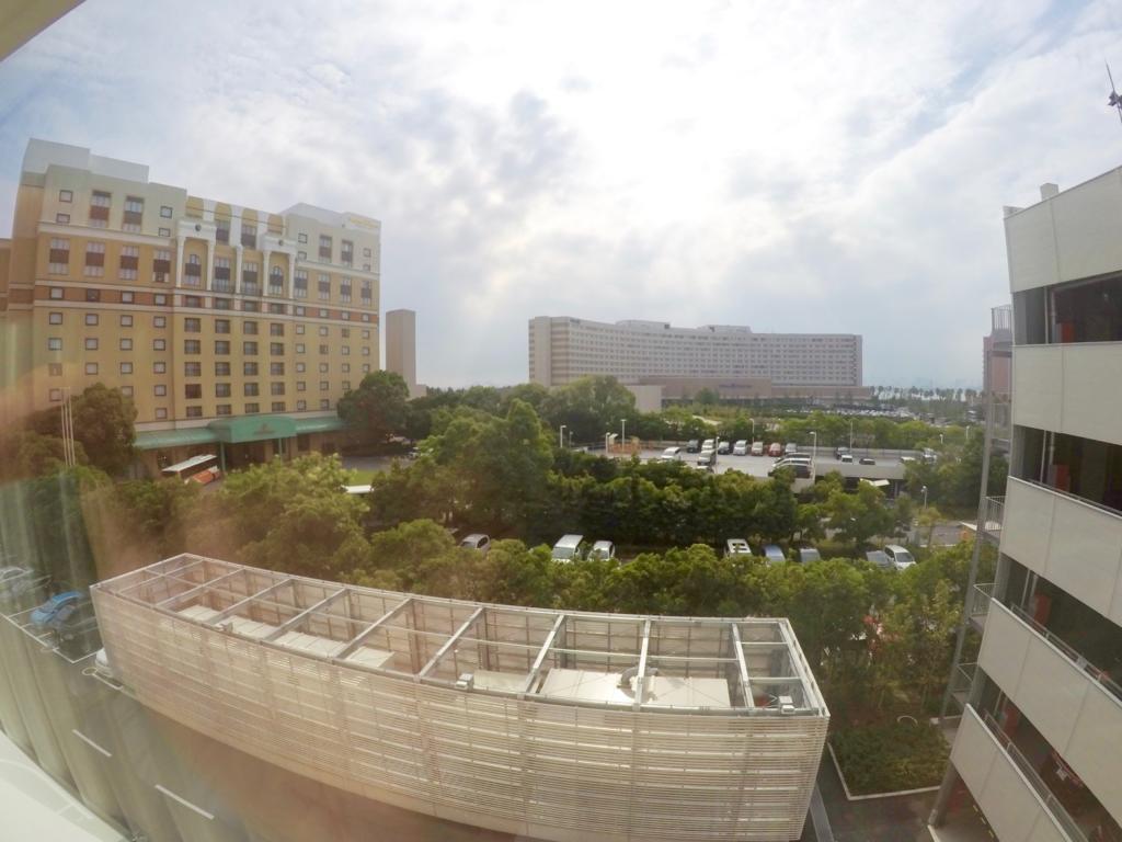 窓からはお隣のホテルオークラ東京ベイ