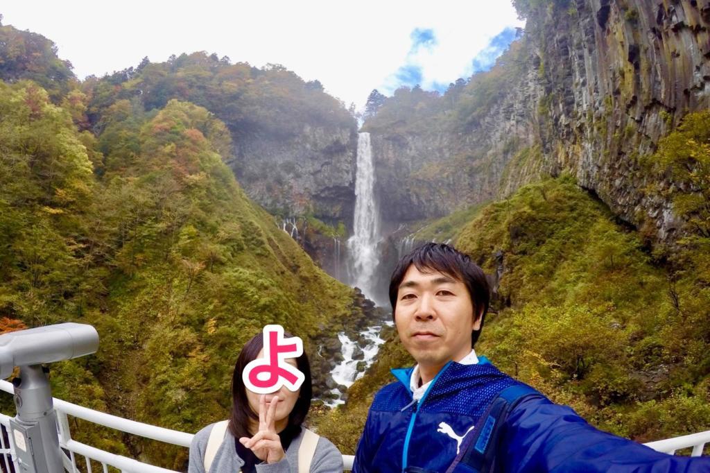 華厳の滝前で記念撮影