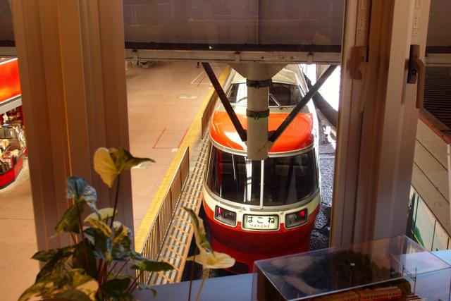 カウンター席からは箱根湯本駅を見下ろせます