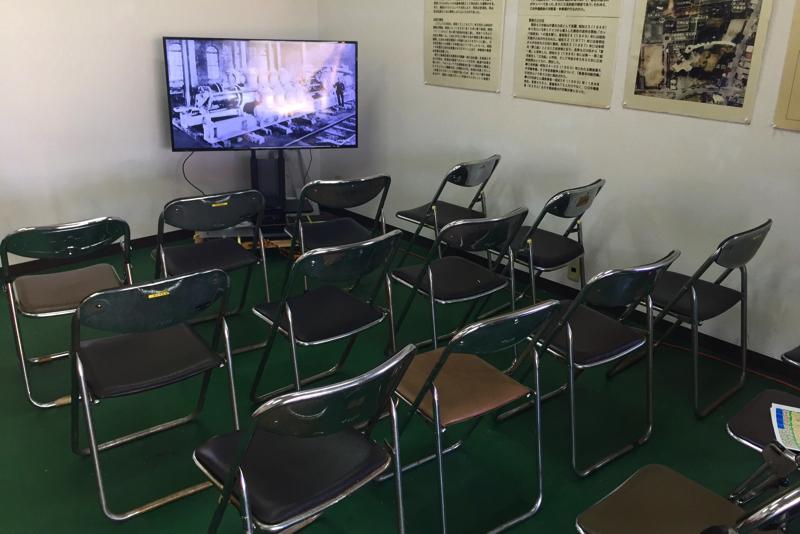 パイプ椅子とテレビ