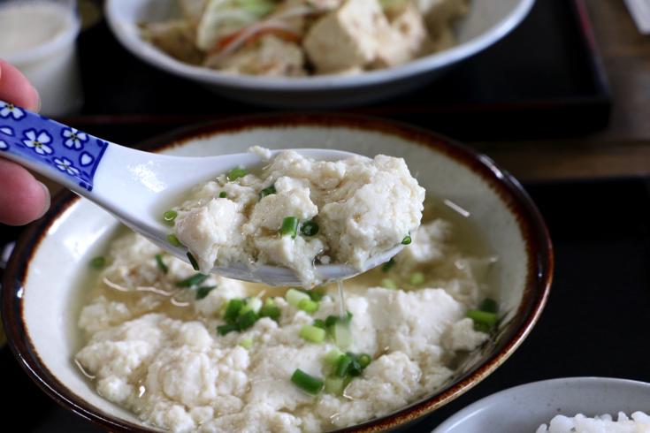 【石垣島】とうふの比嘉で地元の人に愛され続ける朝食「ゆし豆腐セット」をいただく