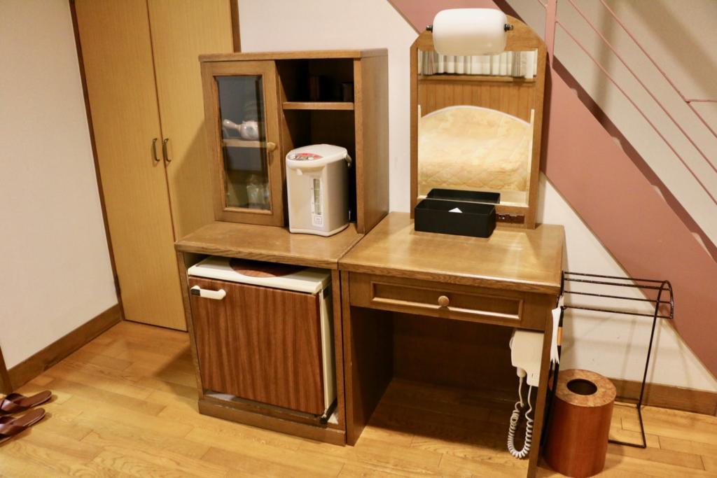 ツインベッドの向かいには冷蔵庫とドレッサー