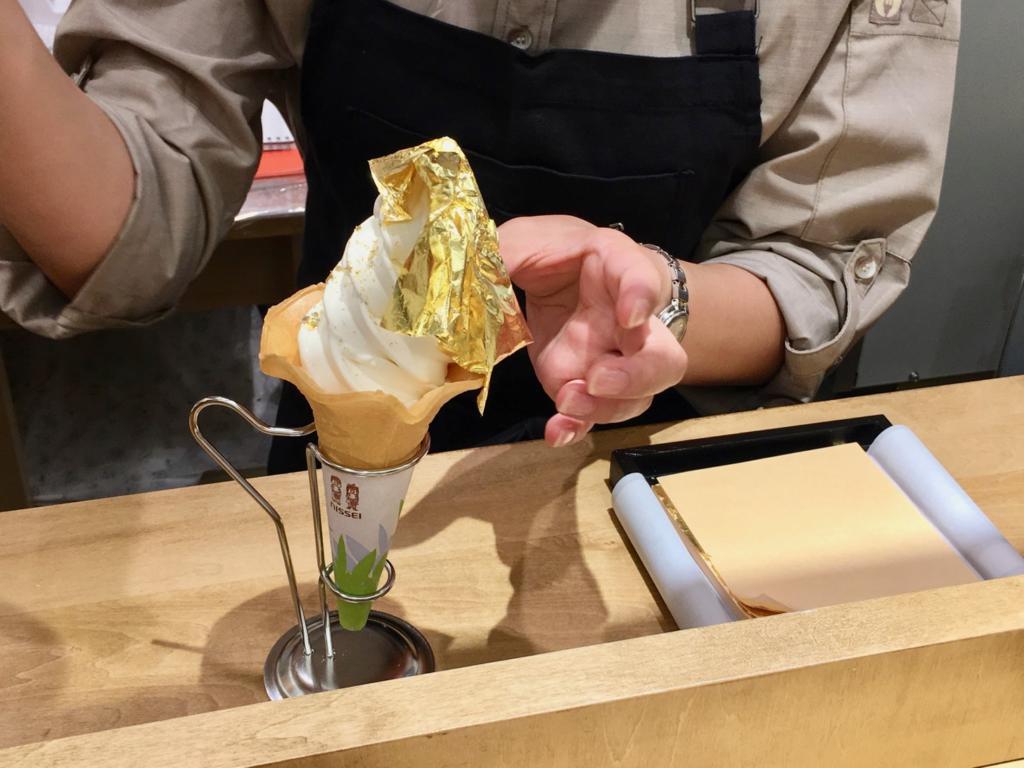 東京GINZAISXで金箔ソフトクリーム