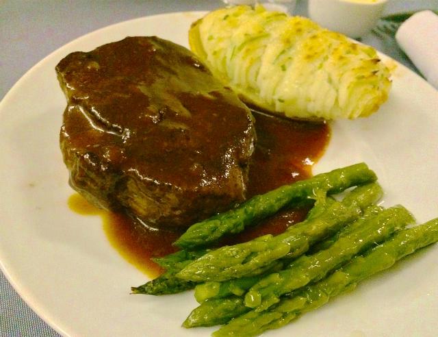 ユナイテッド航空ビジネスクラスのディナー,牛テンダーロインステーキ