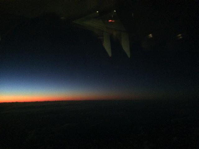 ユナイテッド航空ビジネスクラスのからのハワイの夜明け
