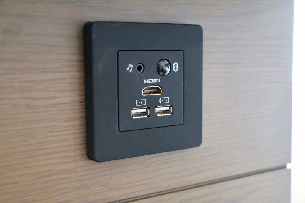 ダイニングテーブル前の43インチの液晶テレビはUSBの他にHDMIとBluetoothボタンも装備