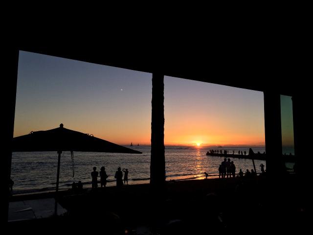 【ハワイ・ホノルル】ワイキキで夕陽を見ながらBBQを食べるならショアバード・レストラン&ビーチバーがイイよ!(閉店)