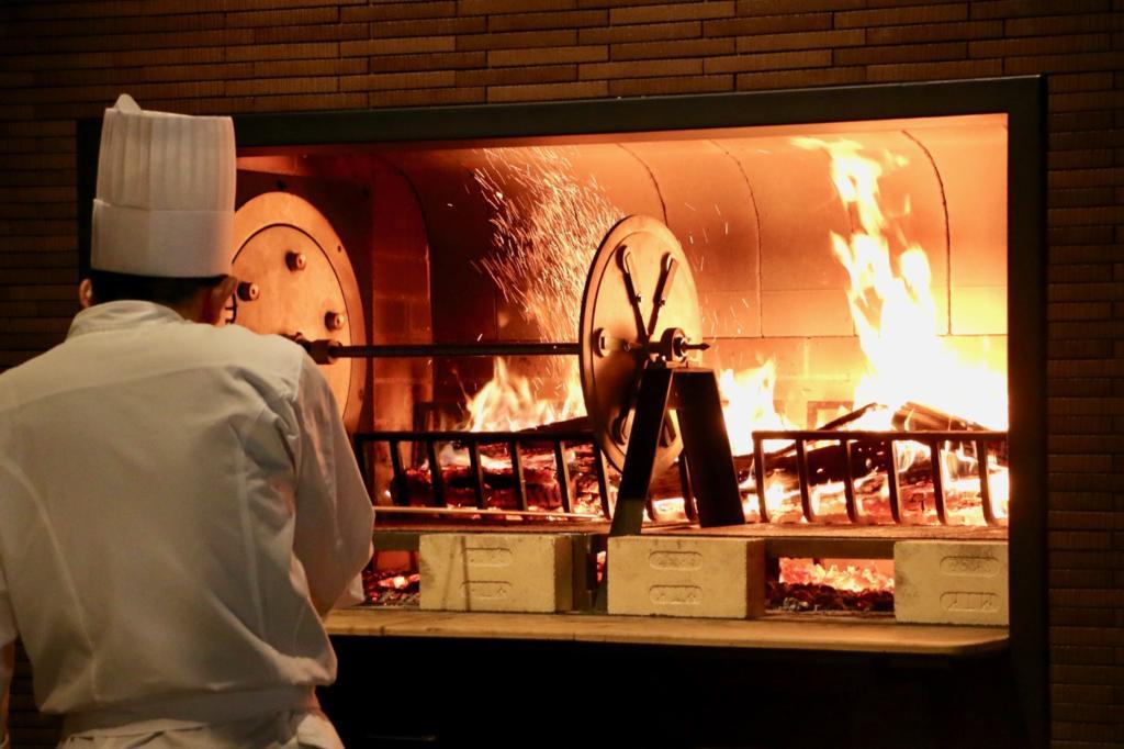 薪火で焼くグリルレストラン