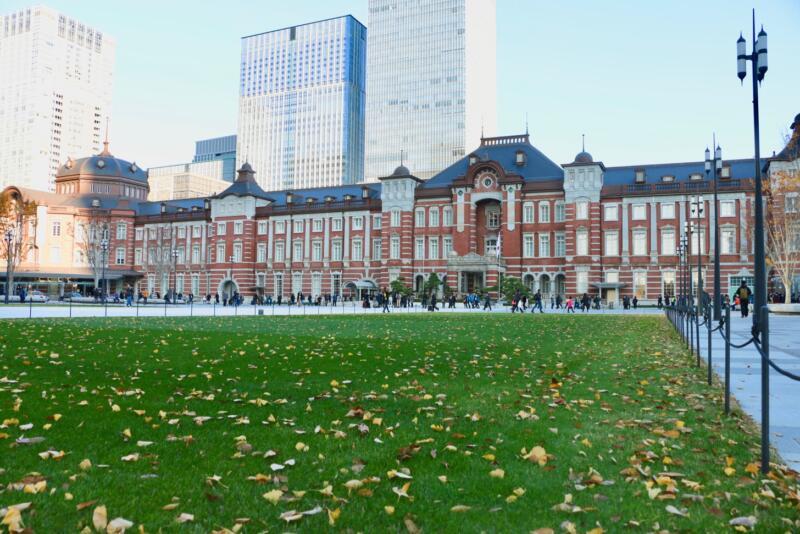 東京駅丸の内駅前広場がリニューアル完了!行ってみたら広々として芝生もあった!