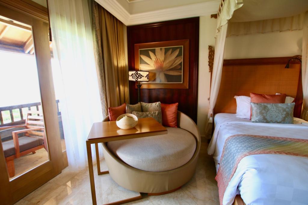ベッドの横にはふかふかのソファー