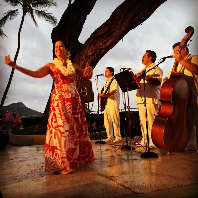 元ミス・ハワイのデビー・ナカネルアさんのフラ