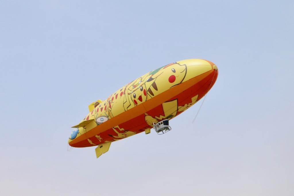 飛行船で飛ぶピカチュウ