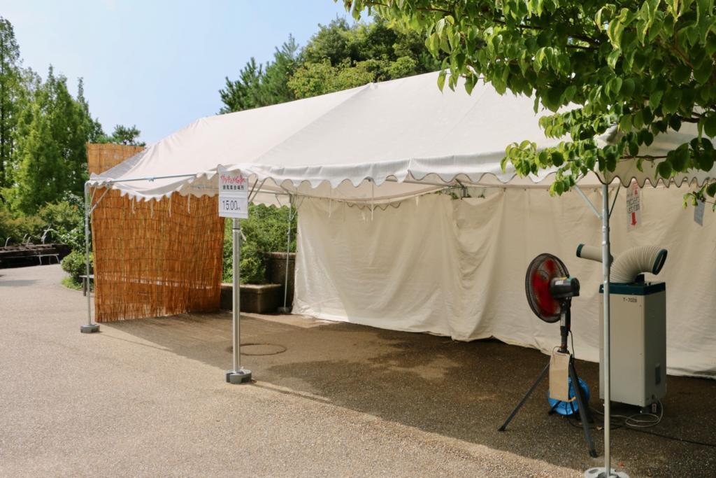 こちらのテントには扇風機とスポット冷房