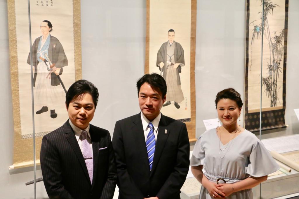 左から三山ひろしさん、尾崎正直高知県知事、島崎和歌子さん