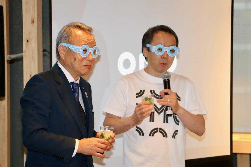 高野之夫豊島区長(左)と星野リゾート代表 星野佳路さん(右)がOMOメガネをつけて挨拶