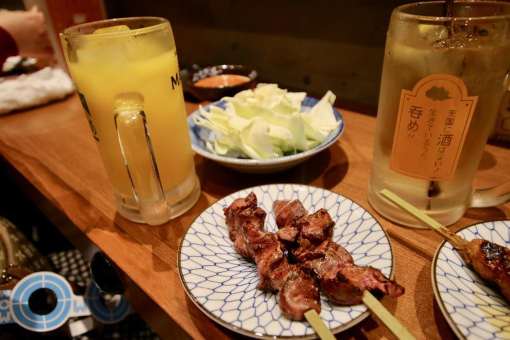 「白レバー(塩180円)」とオレンジジュース