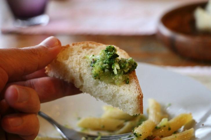 温かいパンにアンチョビが効いたブロッコリーを乗せて