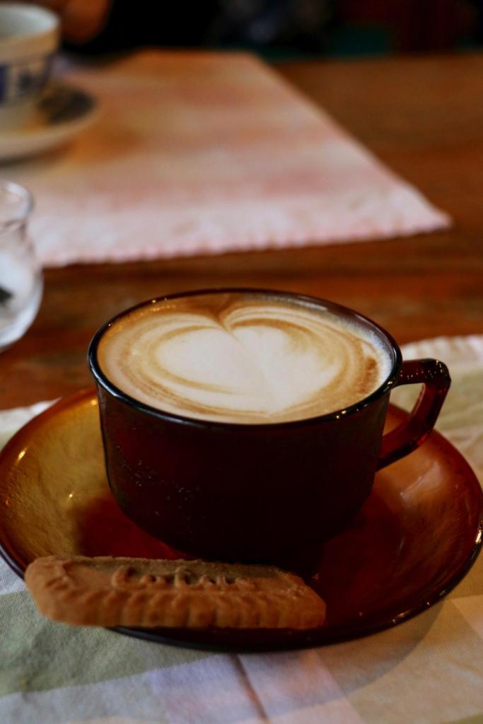 カプチーノをオーダーしたら、こんな素敵なカップにクッキーも
